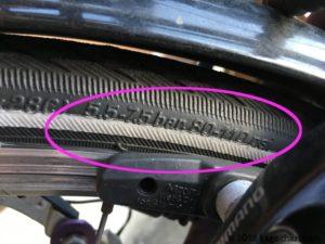 タイヤに空気圧が記載されている