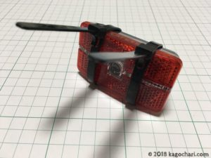 繰り返し使用できるタイラップをテールライトに巻く-02