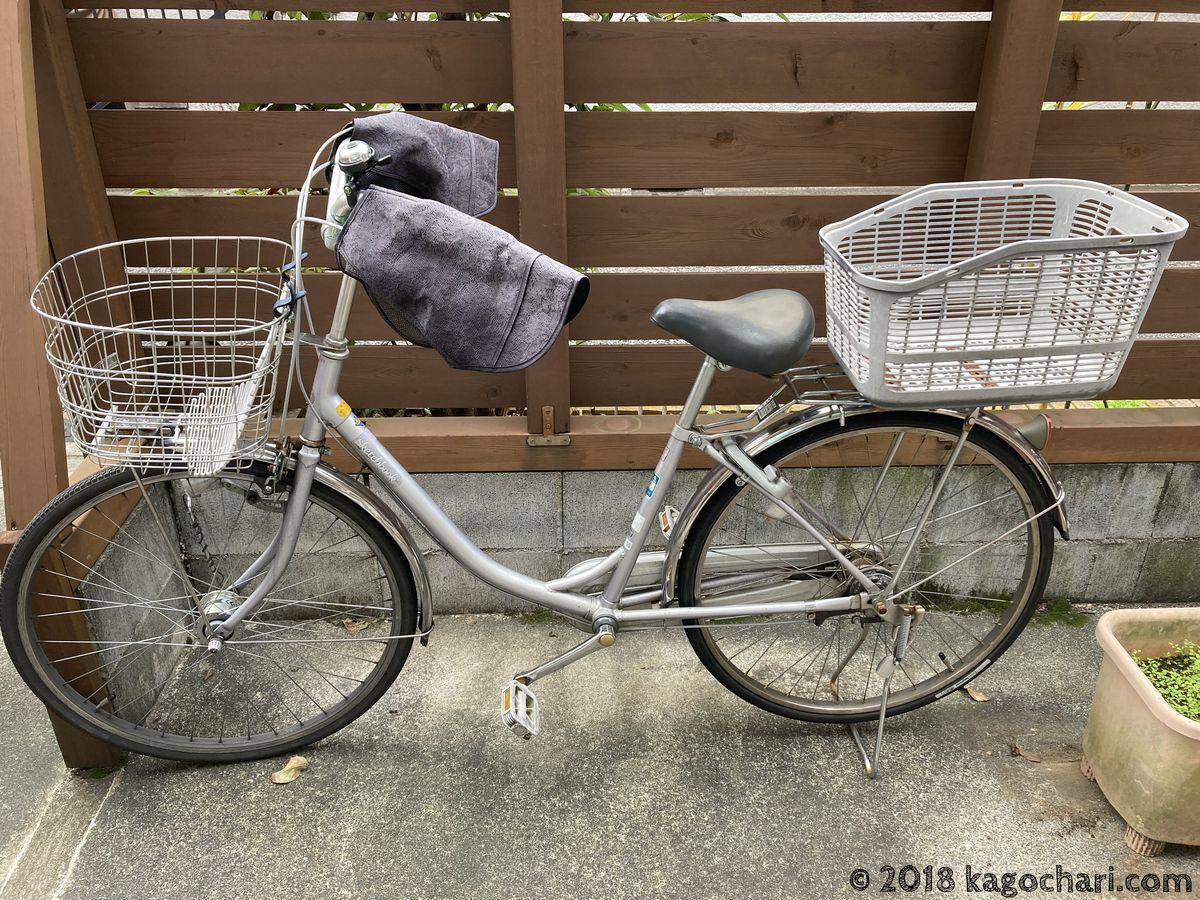 自転車カバーをかけるママチャリ自転車