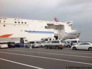 乗船待機の車