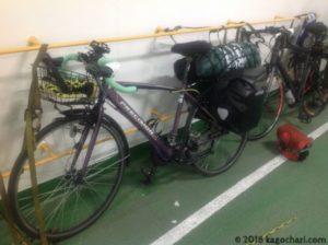 自転車はひもで固定される