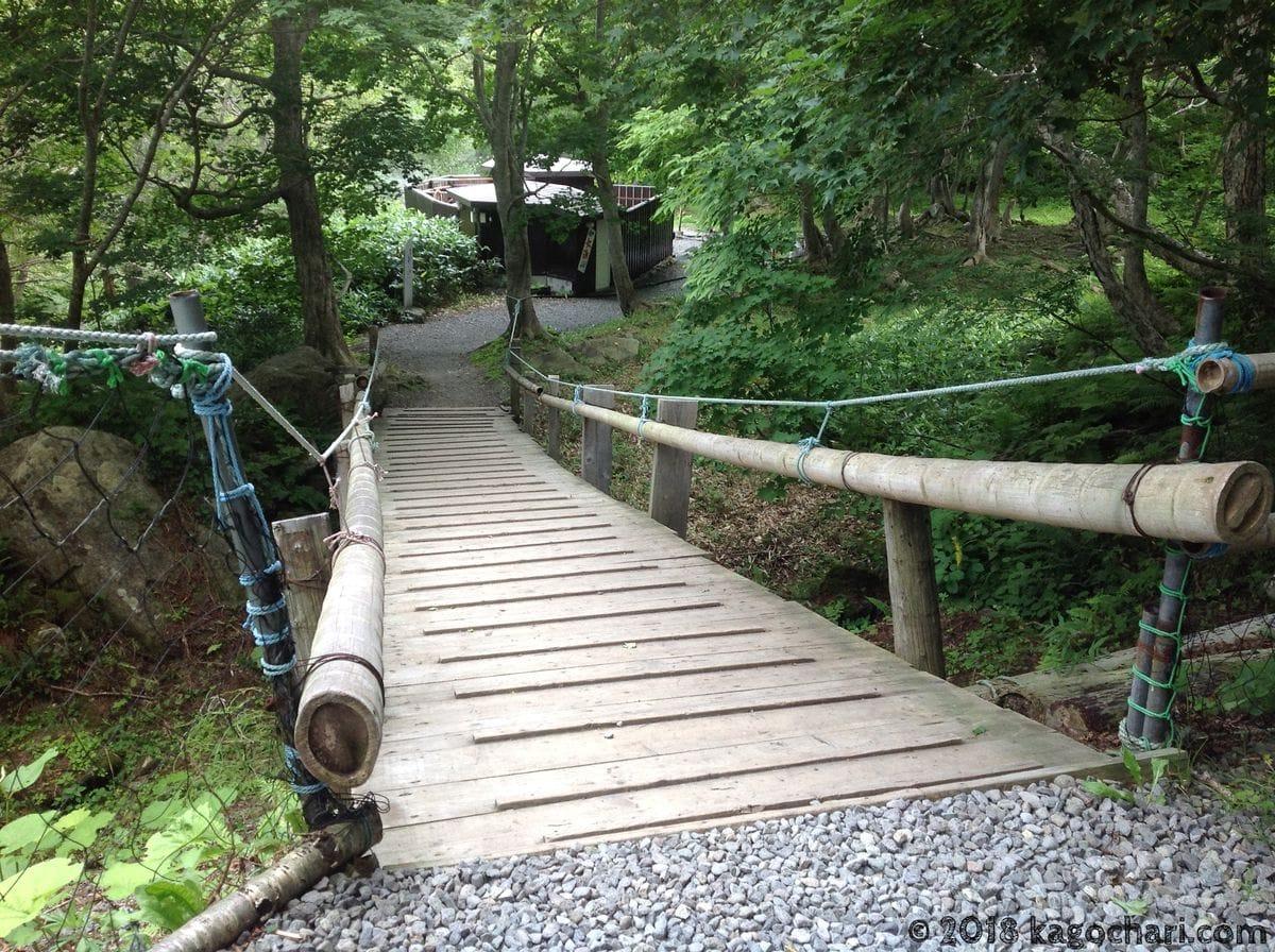 この橋を渡ると温泉がある(男女別)