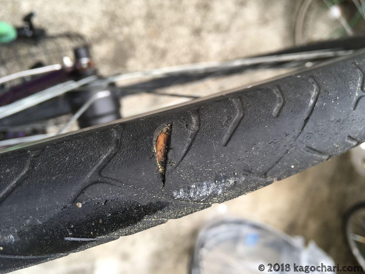 タイヤにガラスの破片が刺さったあと
