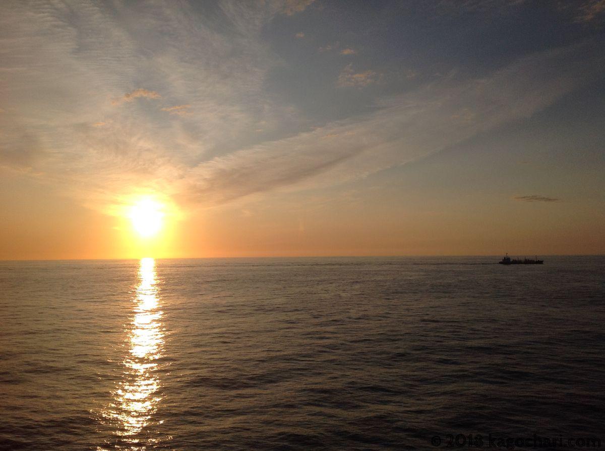 船の上から見た朝日
