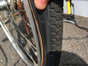 タイヤとホイールにチューブが挟まっていないか確認する