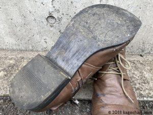 オートバイは靴底が真っ平だと滑る